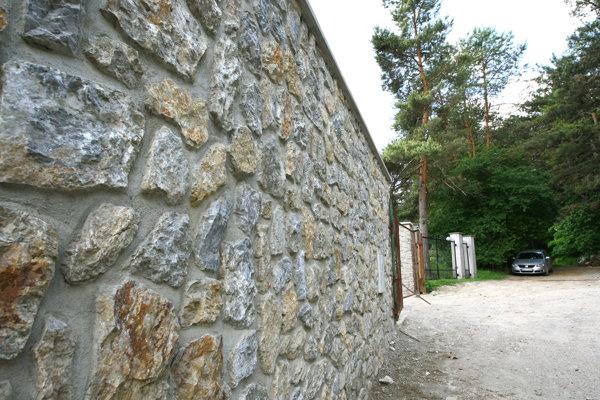 Múr chráni vlastníctvo. No o majiteľovi môže povedať aj viac, než že je bohatý.