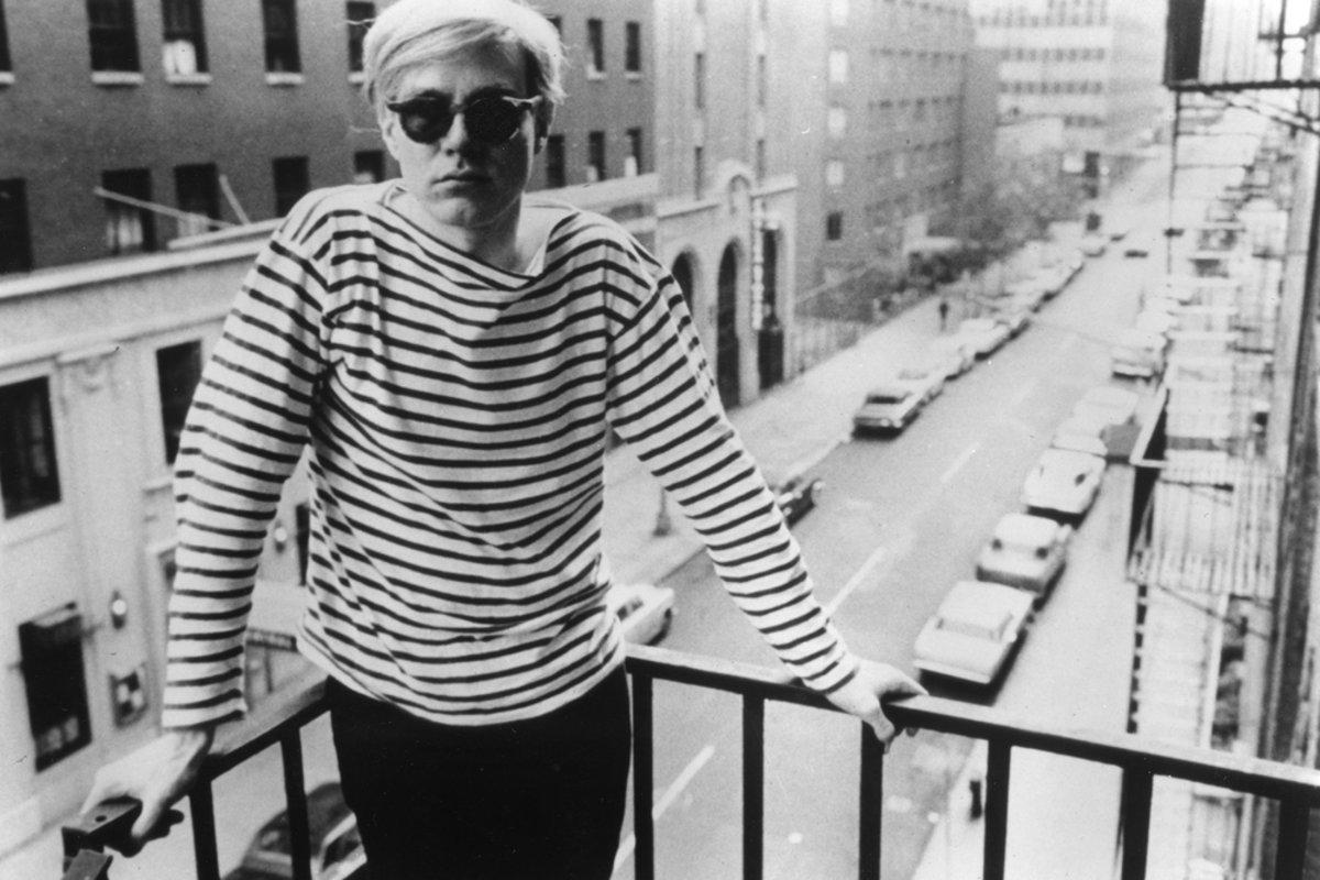467a2fd82f Aj v pop-arte majú prsty pásiky. Vlastným šatníkom to dokazuje Andy Warhol.
