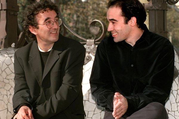 Roberto Bolaño (vľavo) počas rozhovoru so španielskym spisovateľom Albertom Olmosom  v roku 1998.