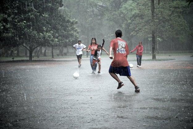 Deťom dážď nevadí, dokonca v ňom hrajú aj futbal. Necháte sa zahanbiť?