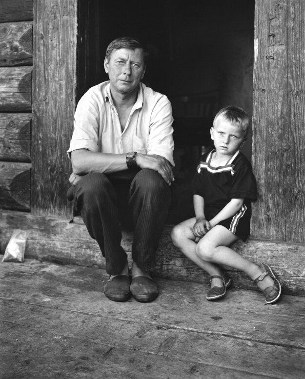 Zo série: Portrét dediny, ľudia z Kryvorivne, Kryvorivňa, Ukrajina 1993/súčasnosť.  Dmytro Hotych so synom Dmytrom, 2014.