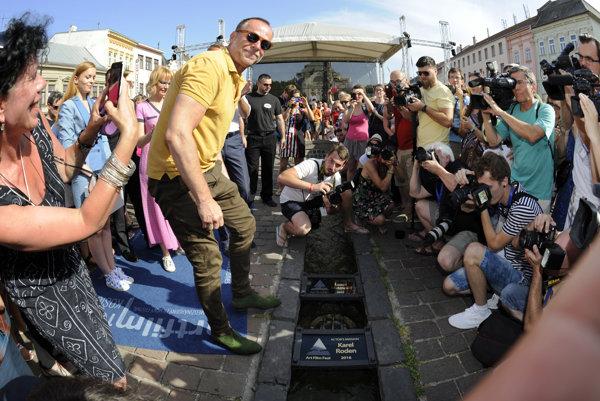 Na košickom Art Film Feste sa Hercova misia sa odovzdáva na Hlavnej ulici. Ku koncu pogramu si ju prevzal Karel Roden.