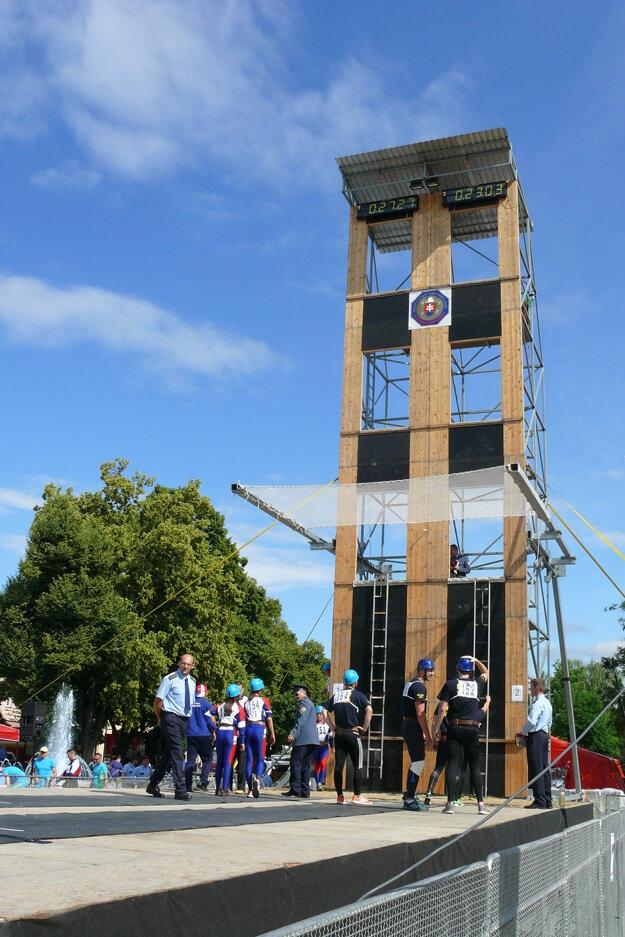 Veža má viac ako desať metrov.