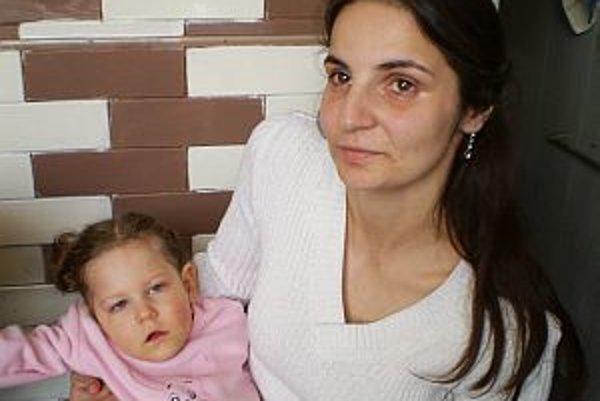 Tatiana Tóthová s dcérkou Táničkou, ktorá nevidí, nepočuje a nerastie. Lekári jej dávajú len tri roky života.