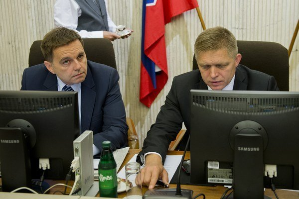 Minister financií Peter Kažimír s premiérom Robertom Ficom.