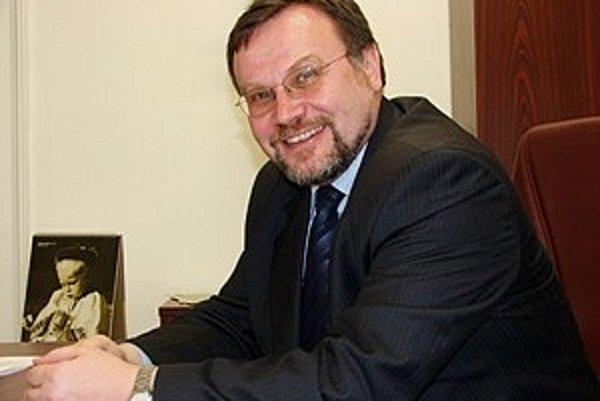 Absolvoval Matematicko-fyzikálnu fakultu UK. Bol programátorom, mestským poslancom, námestníkom primátora Bratislavy, podpredsedom KDH i šéfom jeho poslaneckého klubu. Je predsedom Výboru NR SR pre kultúru a médiá.