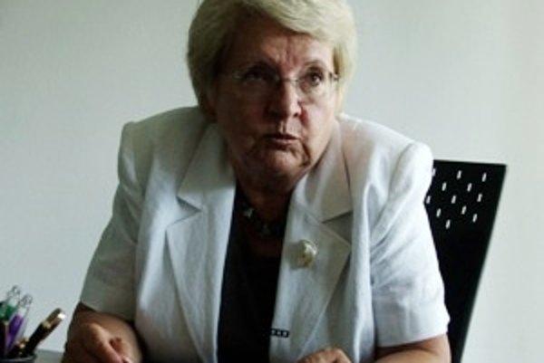 Narodila sa 27. februára 1943 v Pezinku. V roku 1966 skončila štúdium žurnalistiky na Filozofickej fakulte UK. Písala pre študentské časopisy, ktoré boli po roku 1968 zakázané. Neskôr pracovala v sekcii detských časopisov, venovala sa tlmočeniu a tvorbe p