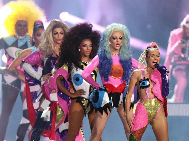 Jeden z mnohých obskúrnych kostýmov, ktoré mala na sebe počas odovzdávania MTV Music Video Awards Miley Cyrus.