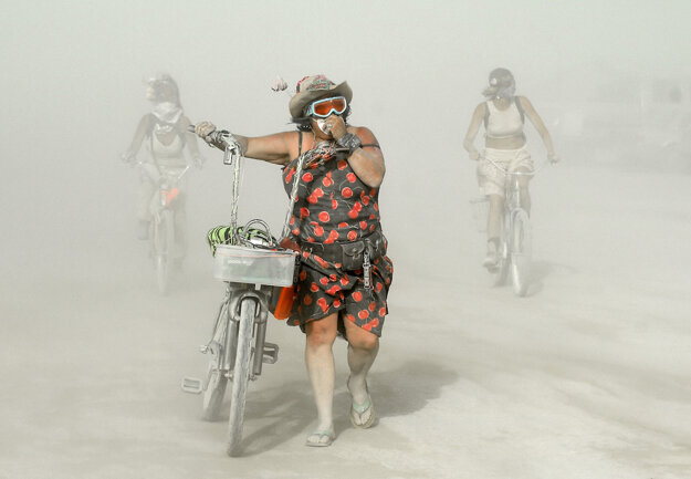 Záber z púštneho festivalu Burning Man