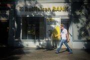 Z prvých desiatich ľudí, ktorí sa zapojili do projektu franšízingu Raiffeisen banky, ostali len dvaja. Dôvodom majú byť neprijateľné podmienky od banky.