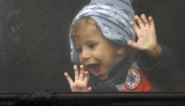 Malý chlapec v utečeneckom autobuse v Maďarsku