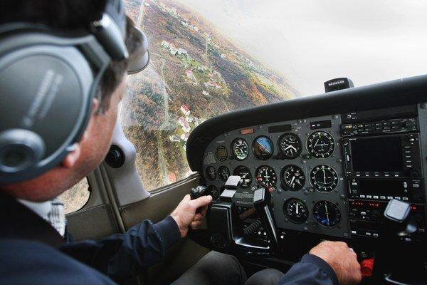 Ani piloti nevedia odhadnúť svoj plat, pýtajú si o tisícku menej.