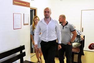 Andrej Medvecký po odročení hlavného pojednávania vychádza z Okresného súdu v Námestove.