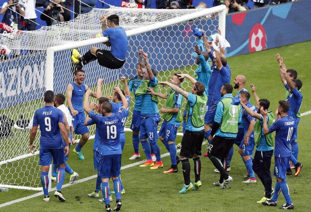 Talianski futbalisti si postup do štvrťfinále poriadne užívali.
