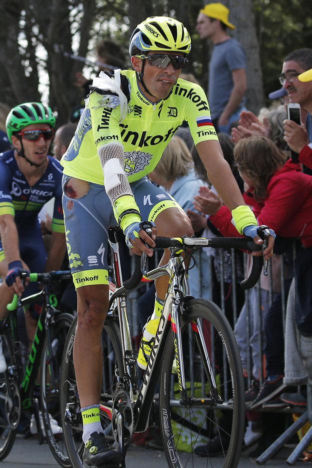 Alberto Contador prišiel do cieľa poriadne doráňaný. Po páde ho ošetrovali priamo počas jazdy.