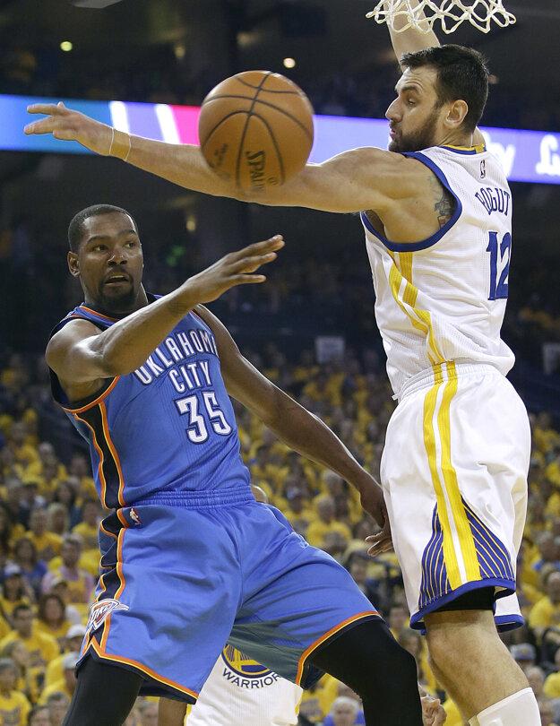 Vlani nastupoval Kevin Durant (vľavo) proti Golden State ako súper, teraz bude jeho hráčom.