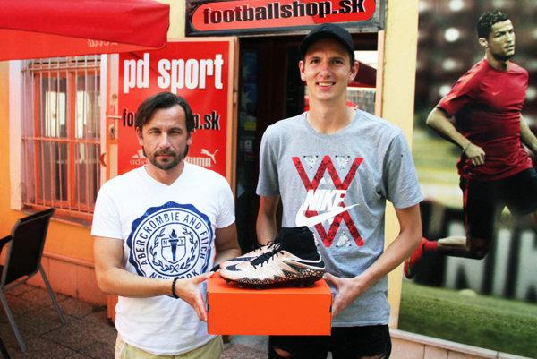 Filipovi Balajovi blahoželal k novým kopačkám Peter Domasta z predajne PD Sport.