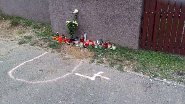 Na mieste tragédie pribúdajú kvety a sviečky.