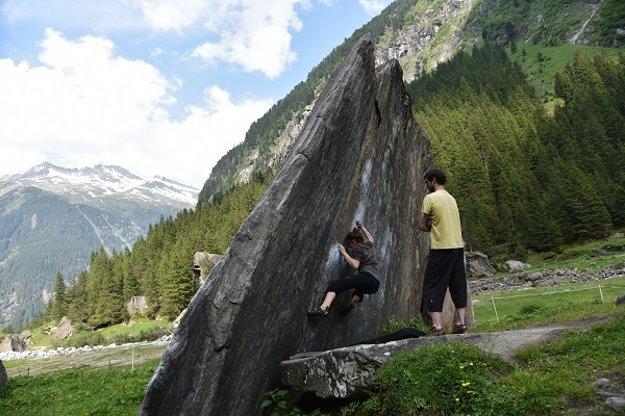 Bouldering Zillertal Rakúsko. Vanda s otcom.