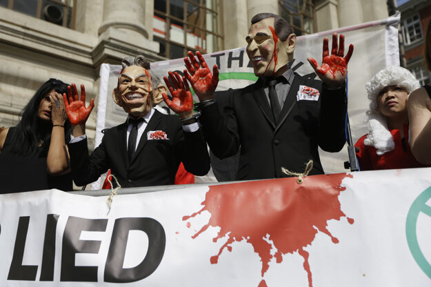 Demoštranti s maskami prezidenta Busha a Tonyho Bliara.