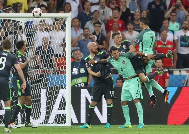 Cristiano Ronaldo strieľa hlavou svoj gól do siete Walesu.