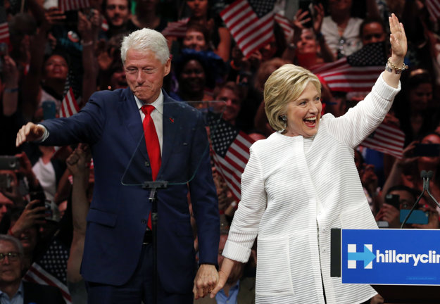 So svojim manželom a exprezidentom Billom Clintonom ostala aj po mnohých jeho aférach.