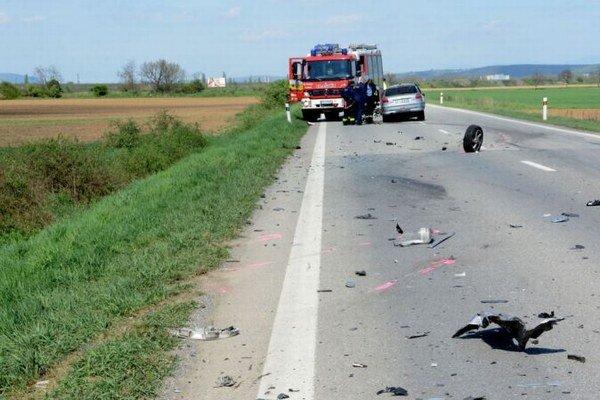 Zvyšky po nehode boli roztrúsené na takmer 50 metroch cesty.