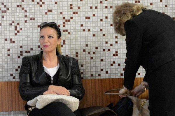 Nora Mojsejová mala pred začiatkom pojednávania dobrú náladu. Možno už vedela, že je advokátka (vpravo) bude žiadať odročenie.