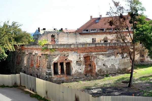 Dezolátny stav budovy. V minulosti bola historická budova domov asociálov.