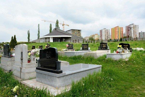 Cintorín v Myslave s domom smútku. Obyvatelia neďalekého sídliska sa môžu kvôli novému VZN cítiť ako občania druhej kategórie.