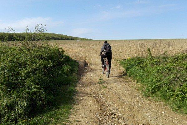 Značená cyklotrasa. Rozoranú cestu využívajú cyklisti aj po zásahu poľnohospodárov.