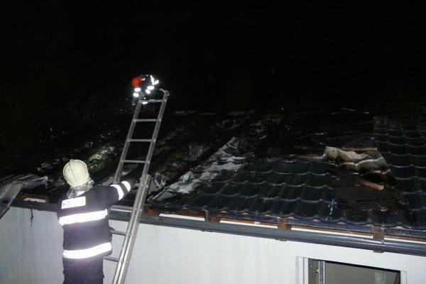 Zásah hasičov. Bol zložitý, museli strechu rozoberať.