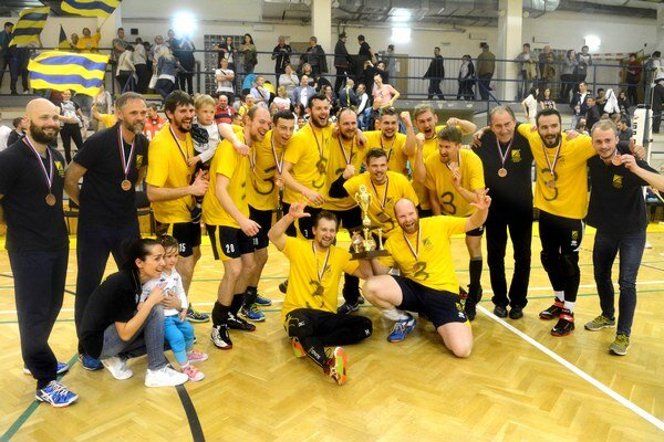 Radosť košických volejbalistov po zisku bronzových medailí. Sezónu zavŕšili na 3. mieste po víťazstve nad Komárnom 3:0 na zápasy.