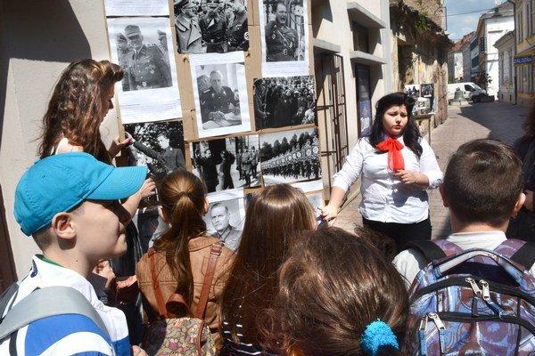 Študenti oboznamovali verejnosť s históriou. Všetko s chuťou vysvetlili a prezentovali.