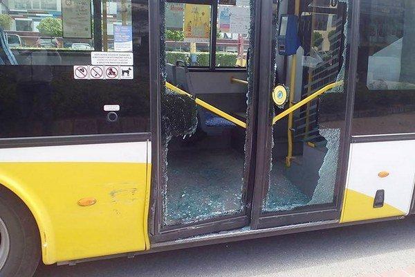 Zničené dvere autobusu. Po náraze sa rozsypalo sklo.