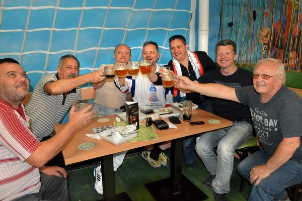 """Rušňovodiči oslavovali. Gól nášho nováčika na MS Petra Cehlárika bol včera ich jediným dôvodom na radosť. Chabou náhradou za naše hokejové trápenie bola podľa nich aspoň výborná škvarková nátierka, ktorou """"prekladali"""" pivo."""