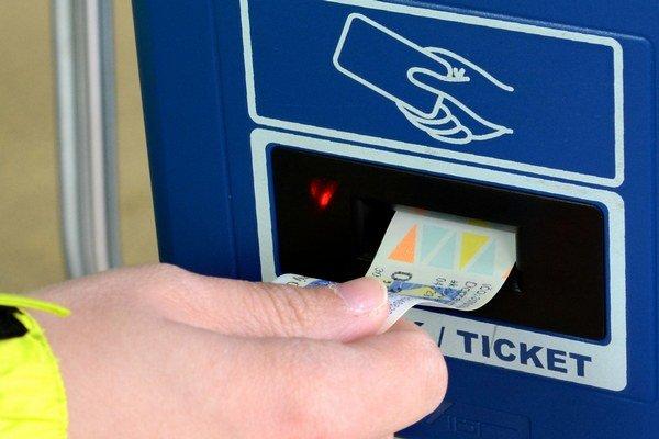 Označovanie lístkov. Ak prístroj zahapruje, je cestujúci v MHD povinný označiť si lístok v inom prístroji vo vozidle.