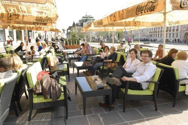 O sedenie na terasách v centre je medzi Košičanmi záujem.