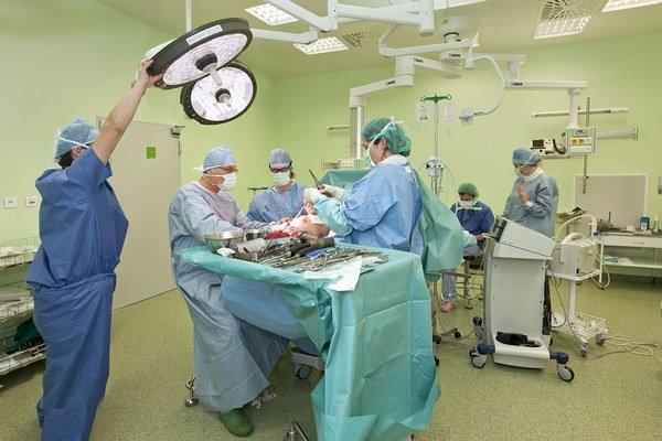 Štyri operačné sály. Umiestnené sú pod heliportom.