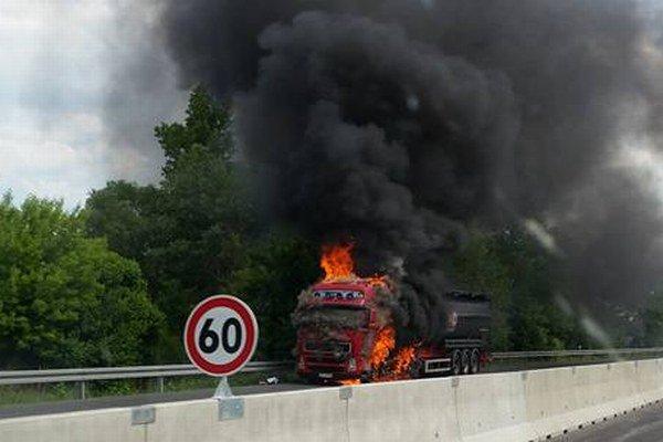 Horiaci kamión. Požiar v piatok na niekoľko hodín uzavrel diaľnicu Košice - Prešov.