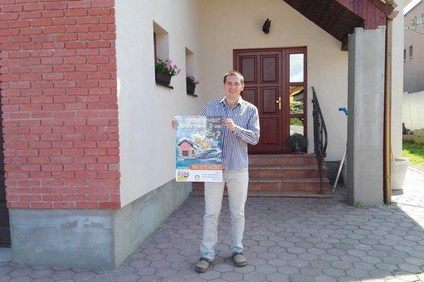 Autor nápadu. Martin Krajňák chce dať ľuďom vedieť o súťaži aj prostredníctvom takýchto plagátov.