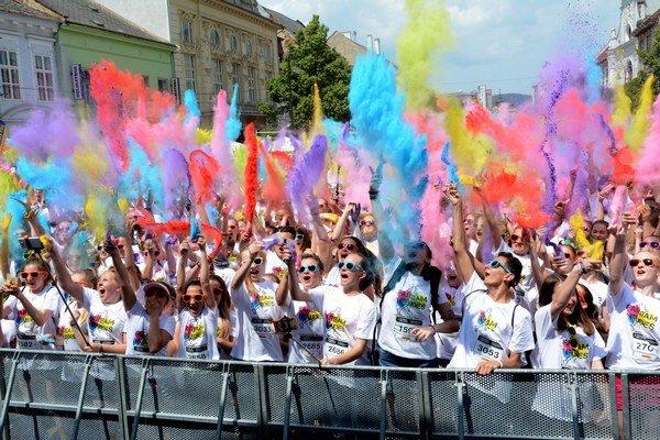 Farbám neujdeš. Takmer 3000 bežcov sa v sobotu popoludní doslova a do písmena vyfarbilo.