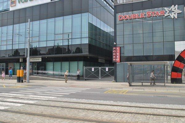 Vstup z Námestia osloboditeľov. Priechod cez uličku využívali často cestujúci MHD i návštevníci blízkeho Auparku.