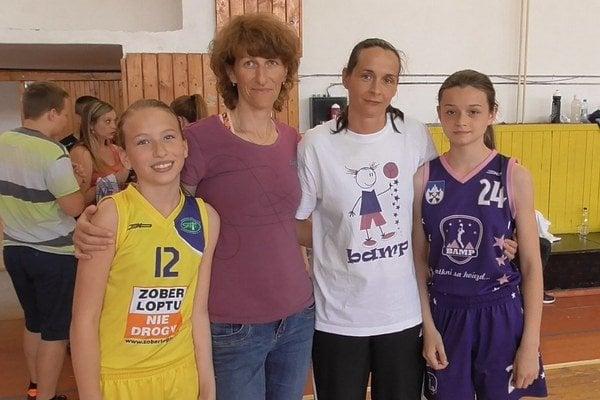 Exspoluhráčky a kamarátky. Zľava Lucia Škvareková, Zuzana Škvareková, Andrea Kuklová, Kristína Kuklová.