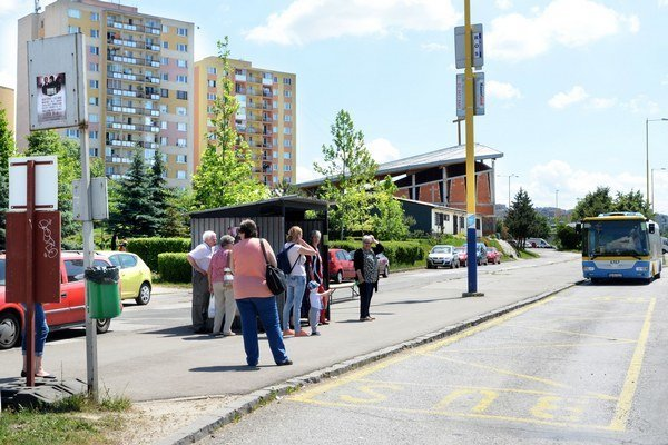 Zastávka na Budapeštianskej. Cestujúci tam prestupujú na okružnú linku X.