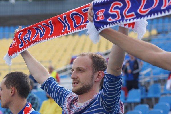 Verný fanúšik. Hymnu si košickí fanúšikovia zaspievali spoločne s tímom v Bordeaux.