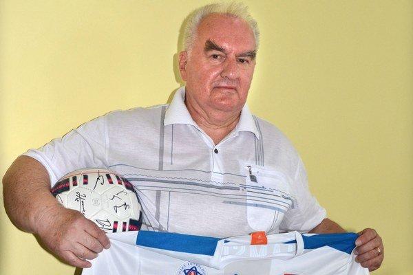 Ján Hančin. Dres a lopta sú predčasný narodeninový darček.