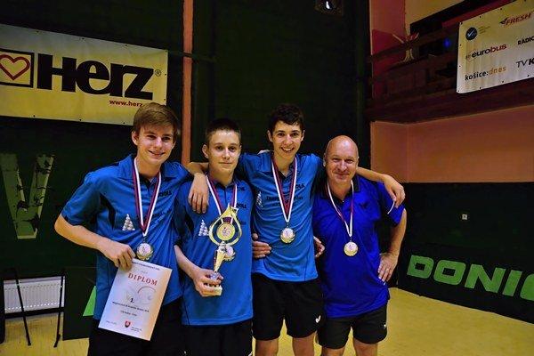 Majstri Slovenska. Juniori Lokomotívy, zľava René Reho, Dávid Wiltchka, Jakub Zelinka atréner Andrej Zelinskij.