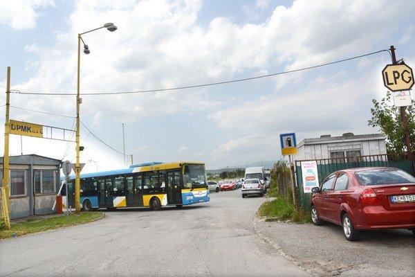 Areál DPMK vo VŠA. Musia odtiaľ vysťahovať všetky autobusy aj plničku plynu.