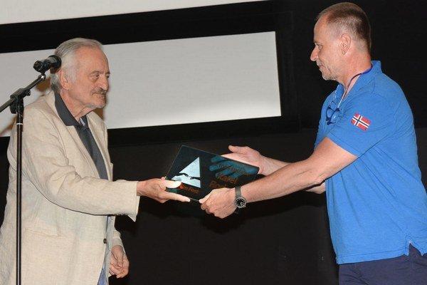 Plaketu Hercova misia odovzdal Karlovi Rodenovi prezident festivalu Milan Lasica.